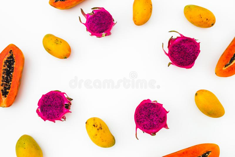 食物框架用在白色背景的鲜美番木瓜、芒果和龙果子 平的位置 顶视图 热带水果概念 免版税库存图片