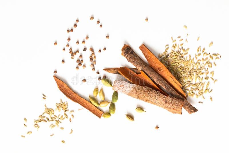食物概念分类东方人加香料豆蔻果实荚,芫荽子,茴香,并且桂香桂皮在白色背景的棍子 图库摄影