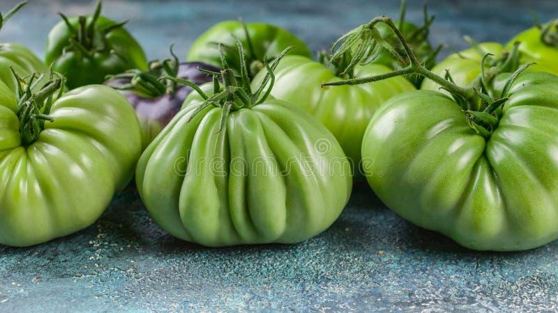 食物横幅绿色在蓝色具体背景的蕃茄特写镜头 库存图片