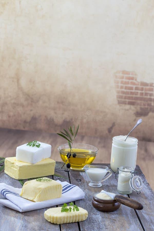 食物油脂和油:套乳制品和油和脂肪在木背景 免版税库存照片