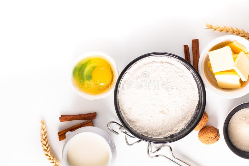 食物烘烤的概念面包店准备和成份为做面团在白色背景 免版税库存图片