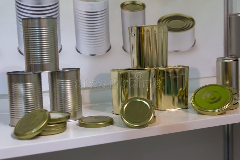 食物的各种各样的金属罐头在立场 库存照片