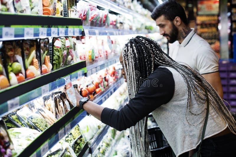 食物的夫妇购物 免版税库存图片