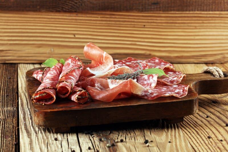 食物盘子用可口蒜味咸腊肠、未加工的火腿和意大利crudo或者ja 库存照片