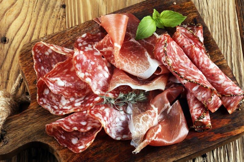 食物盘子用可口蒜味咸腊肠、未加工的火腿和意大利crudo或者ja 免版税库存照片