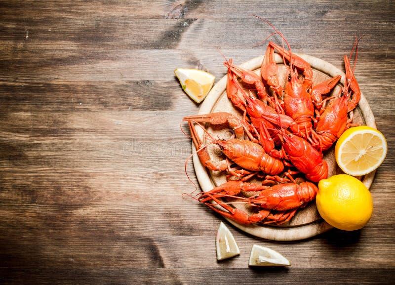 食物纤巧 与切片的煮沸的小龙虾柠檬 库存图片
