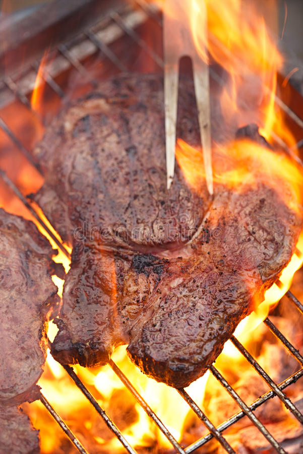 食物肉-取笑眼睛在党夏天烤肉的牛排 免版税库存照片