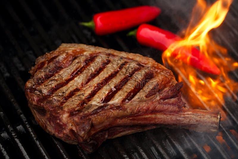 食物肉-在bbq烤肉格栅的牛排与火焰 库存照片