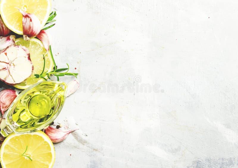 食物背景、大蒜、迷迭香和橄榄油,顶视图 免版税库存照片