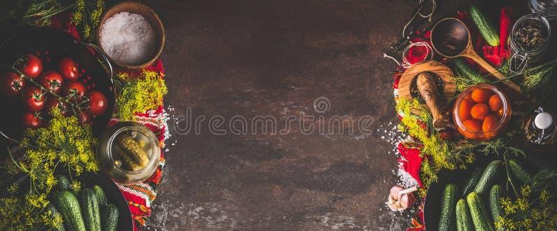 食物背景框架用腌制,装和保存在黑暗的土气背景,顶视图的黄瓜和蕃茄成份于罐中 库存图片