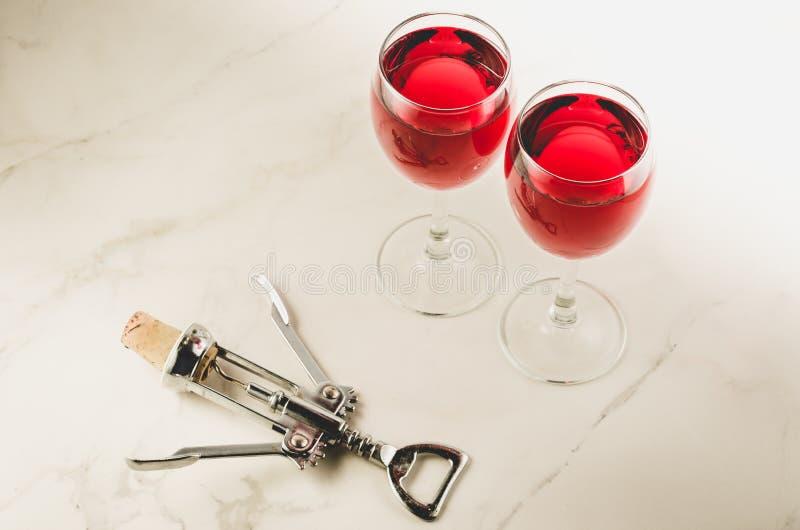 食物背景用酒和拔塞螺旋/与两红酒和拔塞螺旋的食物背景 r 免版税库存照片