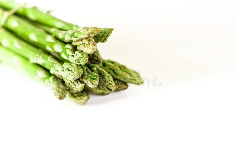 食物背景芦笋平的被放置的样式 束在白色背景,顶视图的新鲜的绿色芦笋 免版税库存照片