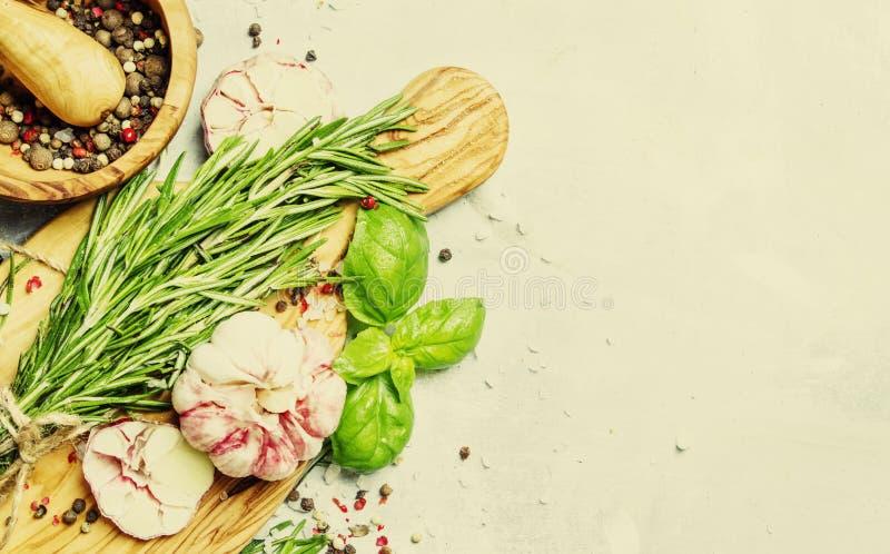 食物背景,新鲜的迷迭香,绿色蓬蒿,大蒜,胡椒 免版税库存照片