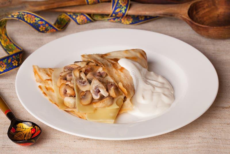 食物薄煎饼用蘑菇和酸性稀奶油在静物画农村土气 库存图片