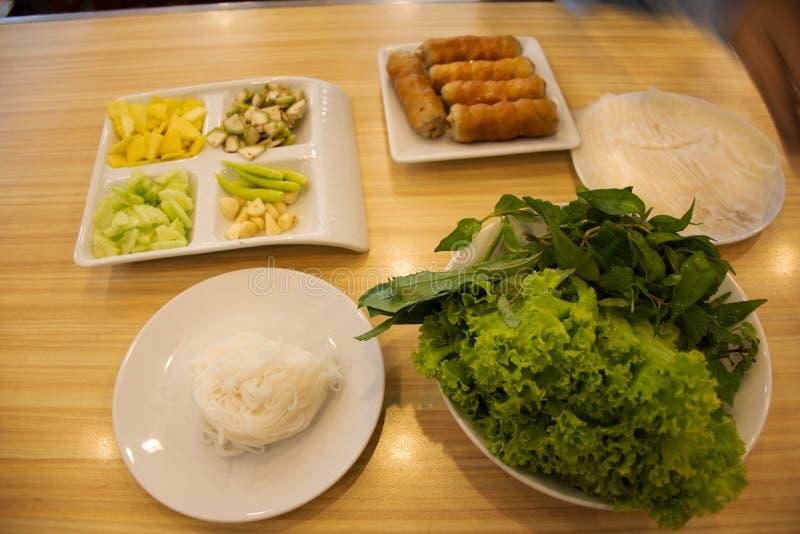食物集合越南丸子在地方餐馆包裹nam neung或Nam Neaung泰国样式服务器用水果和蔬菜 库存照片