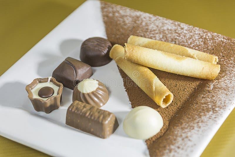 食物:在白色板材的巧克力糖果 免版税库存照片