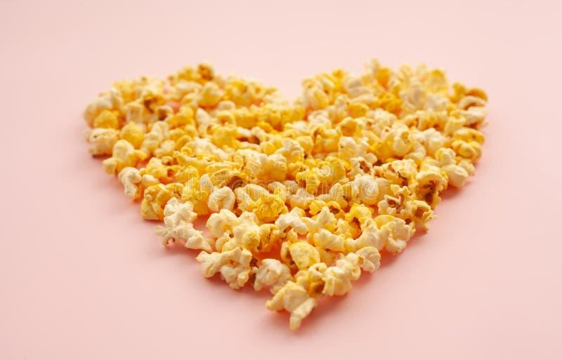 食物 心脏形式的图象从玉米花的 可口玉米花o 库存图片