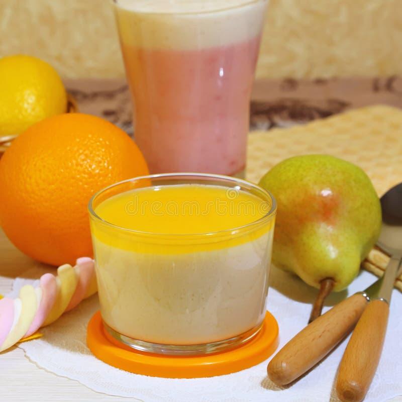 食物 挤奶果子莓果点心由酸奶和奶油制成与str 库存照片