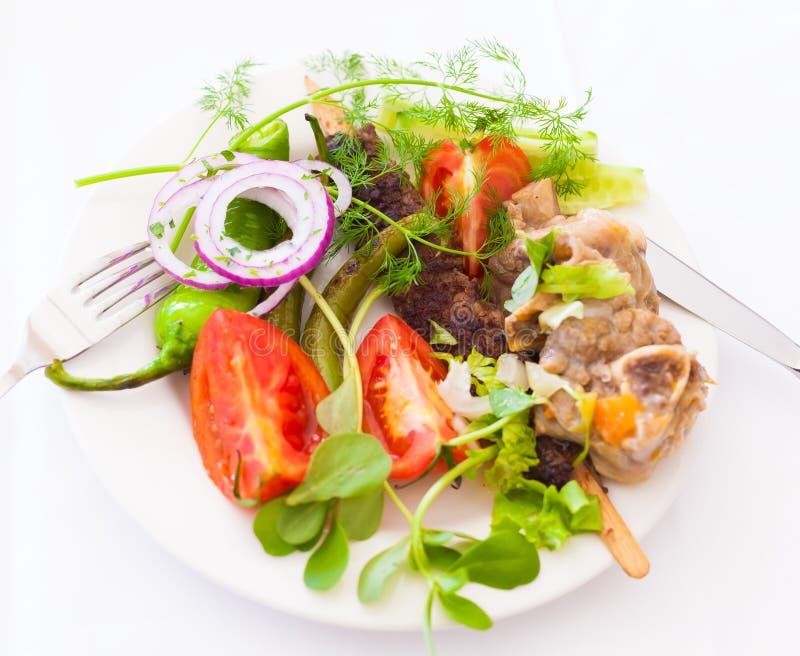 食物 板材:蕃茄,胡椒,肉,留下绿叶,羊羔 免版税库存图片