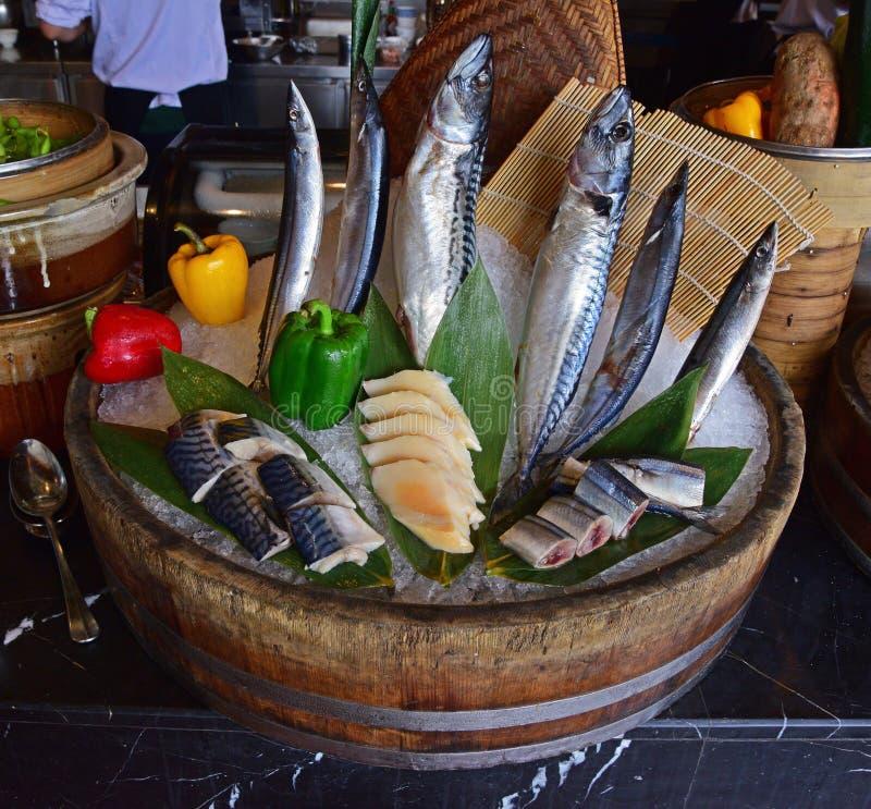 食物介绍的鲜鱼安排在旅馆自助餐餐馆 免版税库存图片