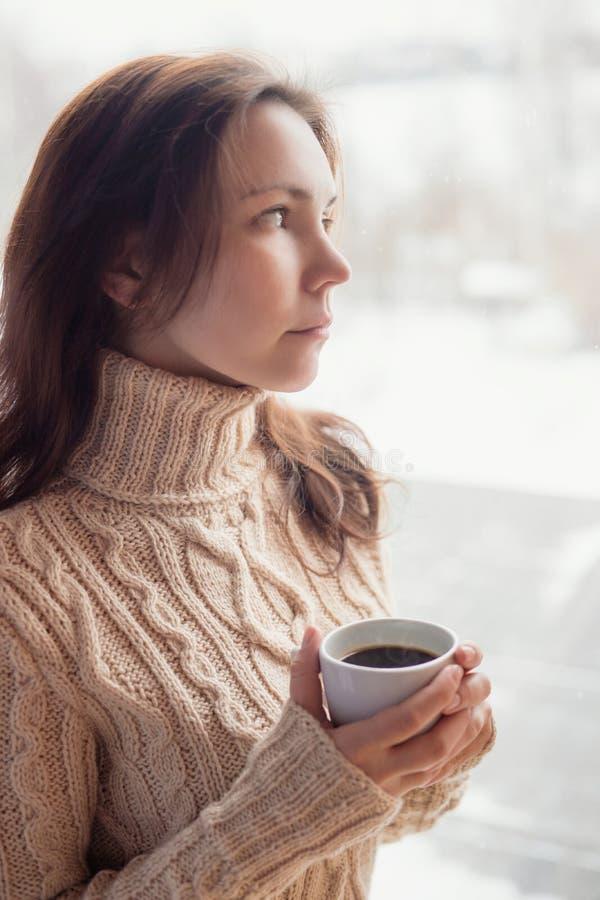 食用一个美丽的少妇的特写镜头纵向咖啡 免版税库存图片