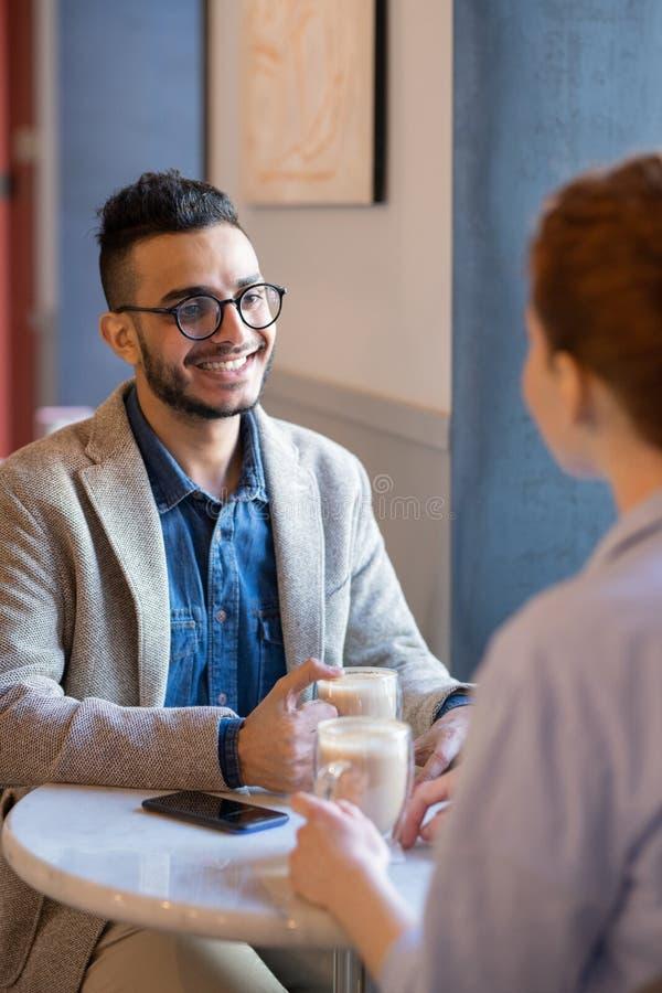 食用与女朋友的咖啡 免版税库存照片