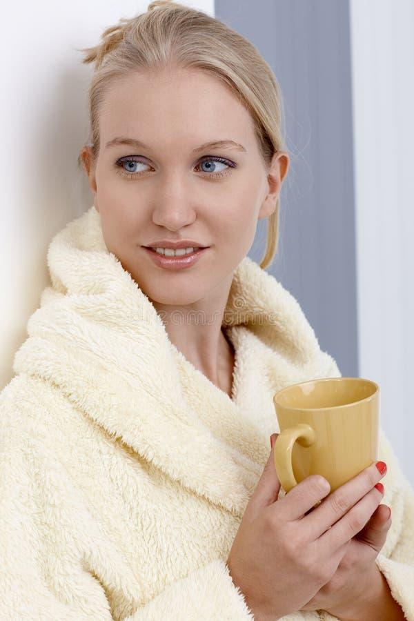 食用可爱的妇女早晨茶在家 库存照片