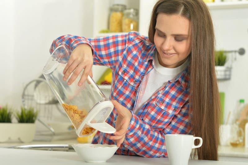食用可爱的妇女早餐 图库摄影