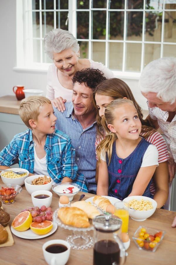 食用多代的家庭早餐 免版税库存照片