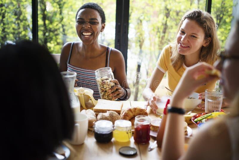 食用小组不同的妇女早餐一起 库存照片