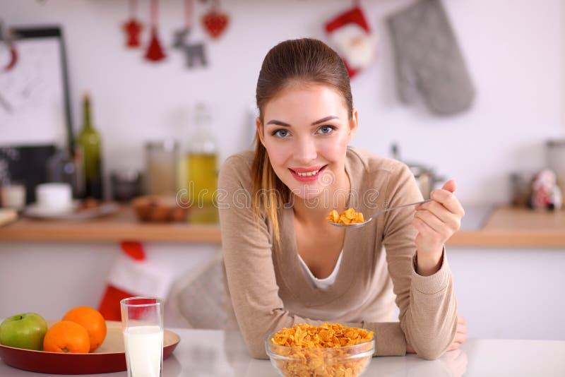 食用微笑的可爱的妇女早餐  库存图片