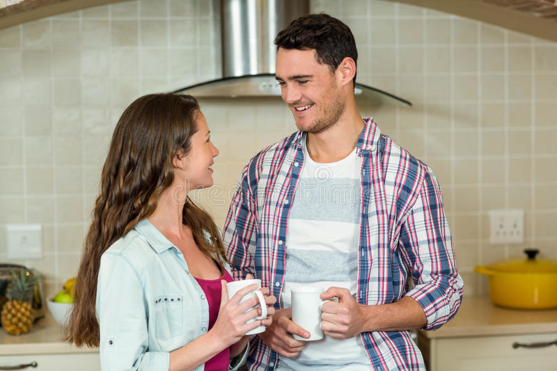 食用愉快的夫妇一杯咖啡 免版税库存照片