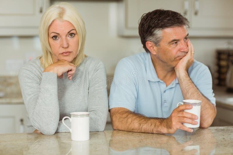 食用成熟的夫妇不一起谈话的咖啡 库存图片