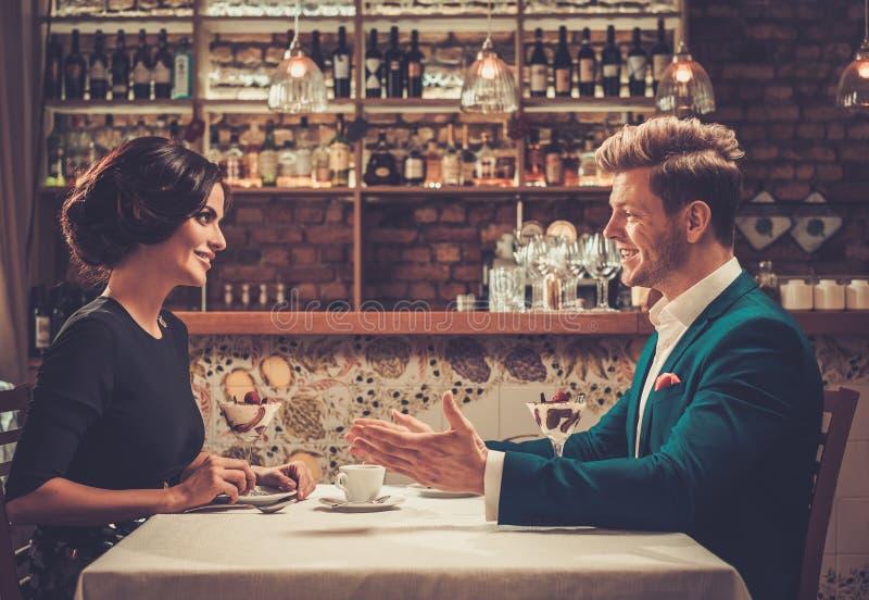 食用时髦的富裕的夫妇沙漠和咖啡一起 库存照片