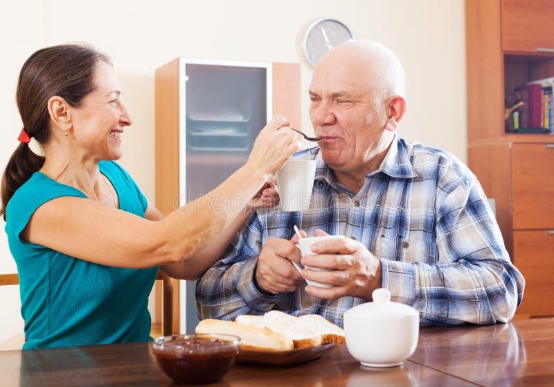 食用爱恋的成熟的夫妇茶 库存图片