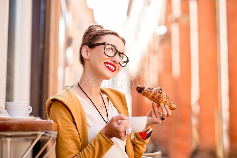 食用的妇女意大利早餐 库存图片