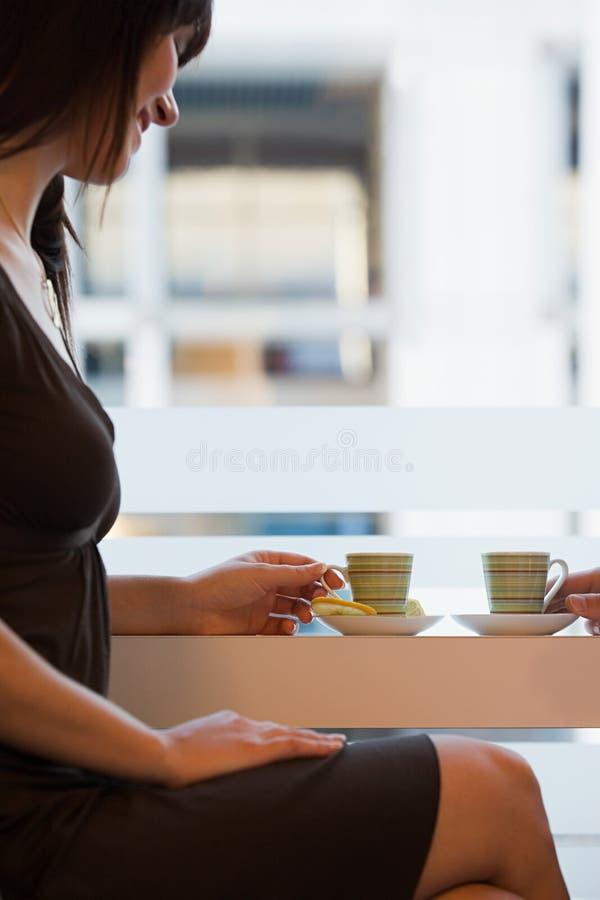 Download 食用的妇女茶 库存照片. 图片 包括有 beautifuler, 果子, 模式, 查找, 会议, 细分, 房子 - 62533794