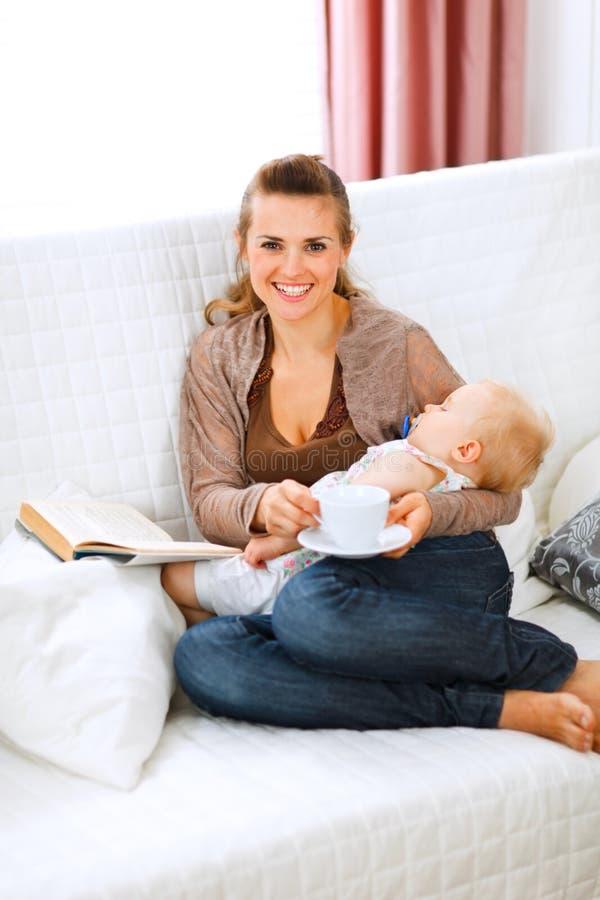 食用的婴孩母亲休息的休眠茶 免版税图库摄影