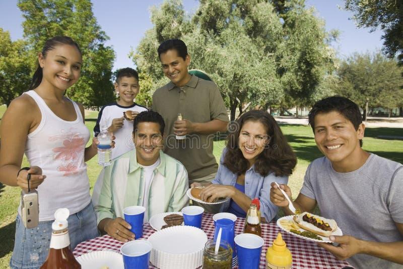 食用的家庭在野餐的食物 免版税图库摄影