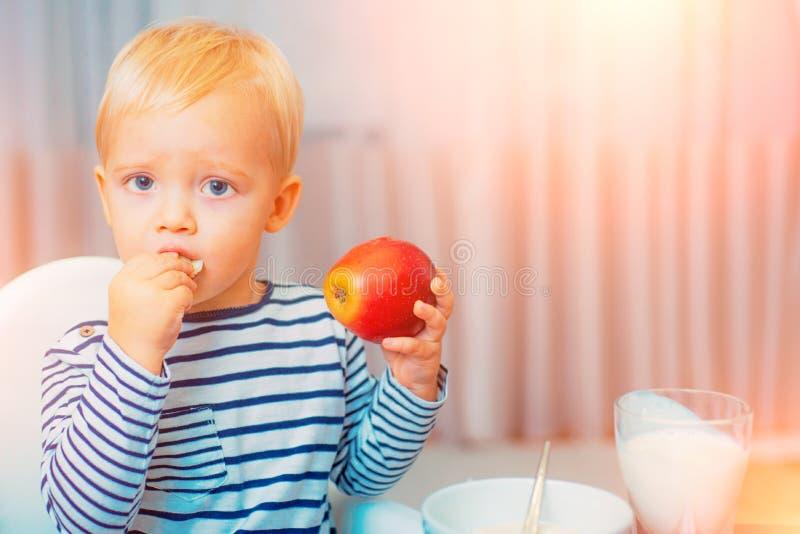 : 食用的小孩快餐在家 孩子吃粥 r 库存图片