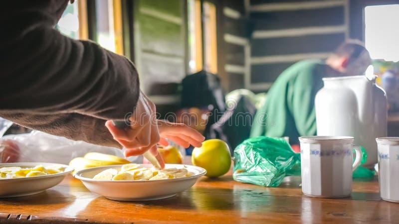 食用的远足者早晨早餐 免版税库存照片