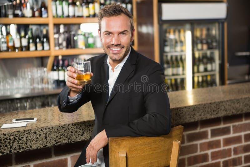 食用英俊的人威士忌酒 免版税库存照片