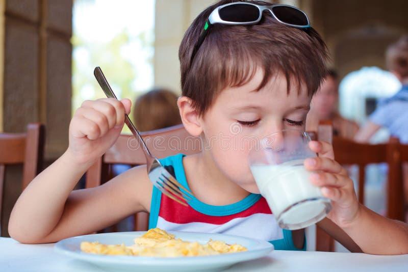 食用逗人喜爱的小男孩可口早餐 库存照片