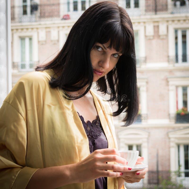 Download 食用Atrractive白种人的浅黑肤色的男人在巴黎的早晨咖啡 库存照片 - 图片 包括有 欧洲, 抽象: 59110084