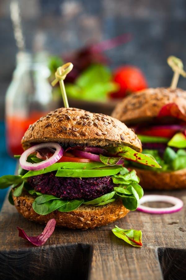 素食者甜菜和奎奴亚藜汉堡 库存照片