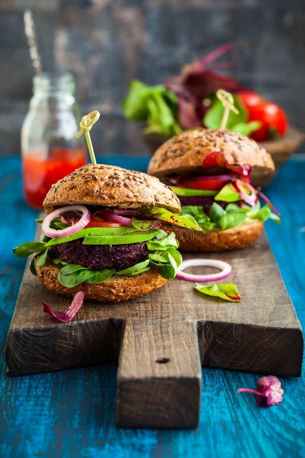 素食者甜菜和奎奴亚藜汉堡 免版税库存图片