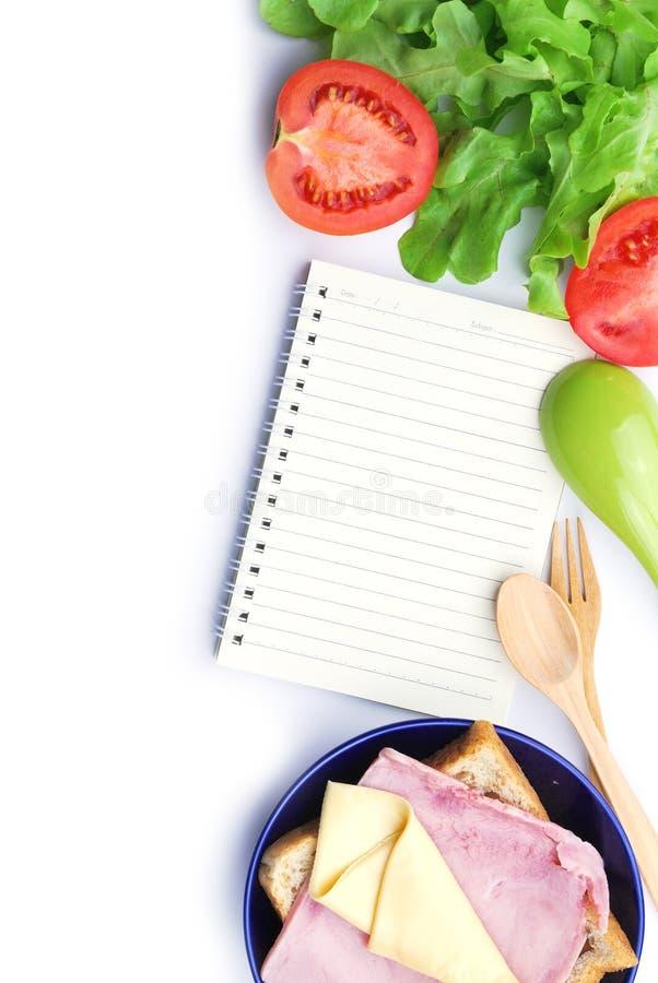 食谱书、火腿、乳酪、蕃茄和菜 免版税库存图片