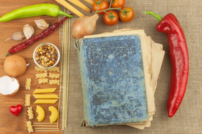 食谱旧书面团的 食谱书 家庭作业面团 饮食,根据菜谱 蔬菜和意大利面食 免版税库存照片