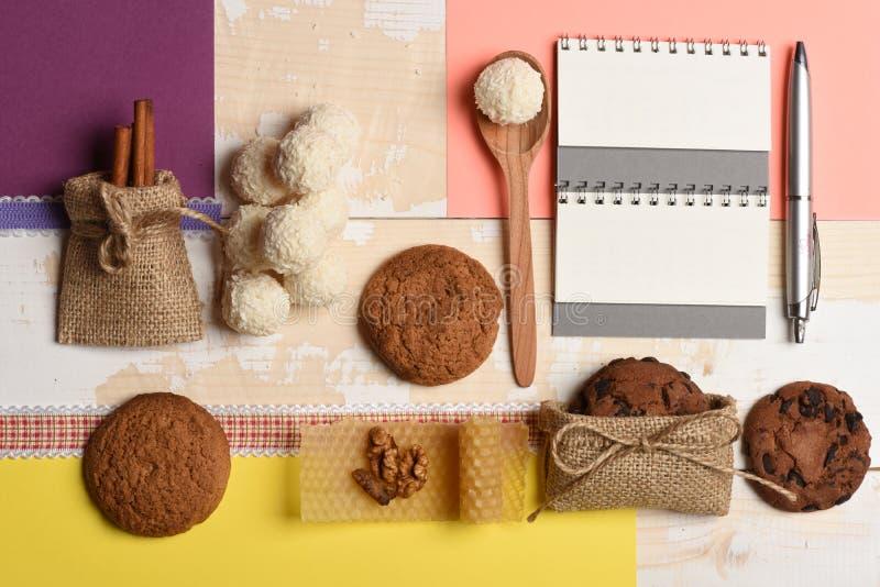 食谱概念 充分刺激坚果和蜂蜜,燕麦曲奇饼, 库存照片