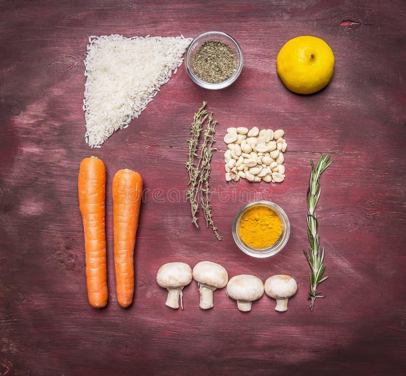 素食食物米,花生,柠檬,香料,蘑菇,麝香草,在木土气背景顶视图关闭的迷迭香的食谱 库存照片